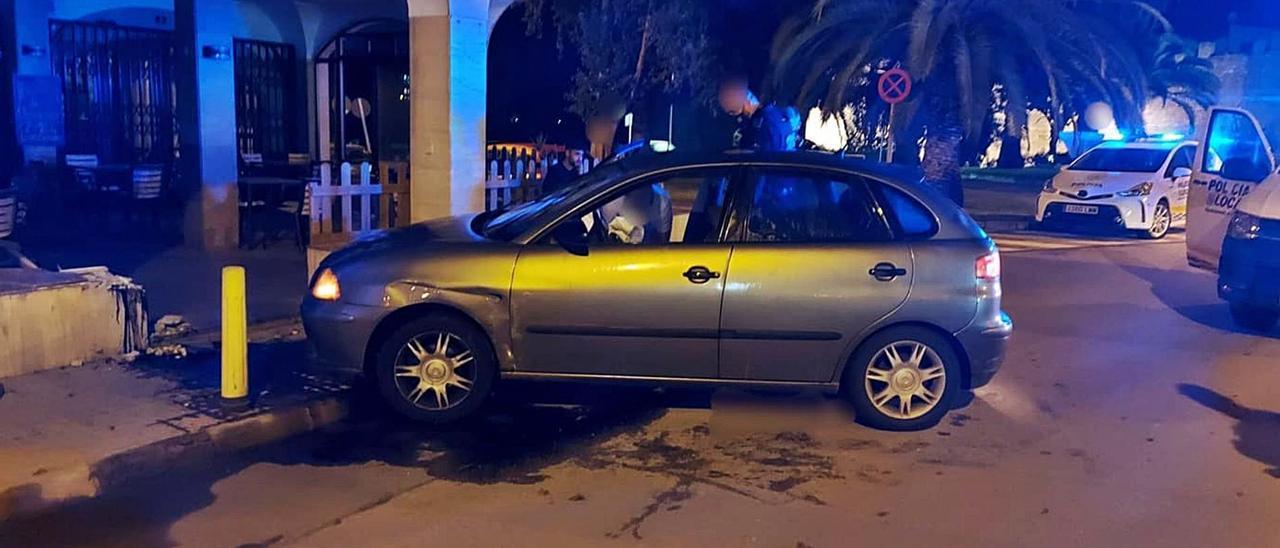 El coche acabó empotrado en la terraza de un bar de Alcúdia. | PL ALCÚDIA