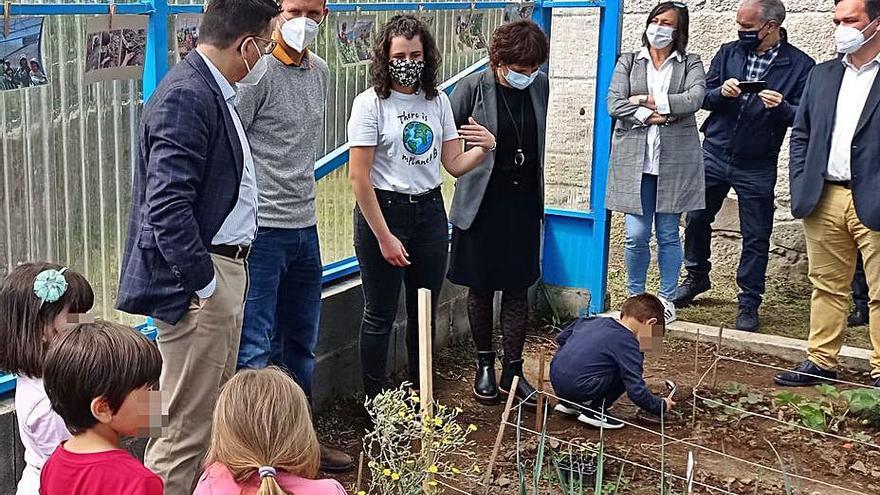 La escuela unitaria de Vilameán ya tiene un invernadero