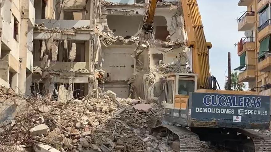 Así ha sido el derribo del edificio en ruinas en el barrio de Nou Alcolecha en Alicante