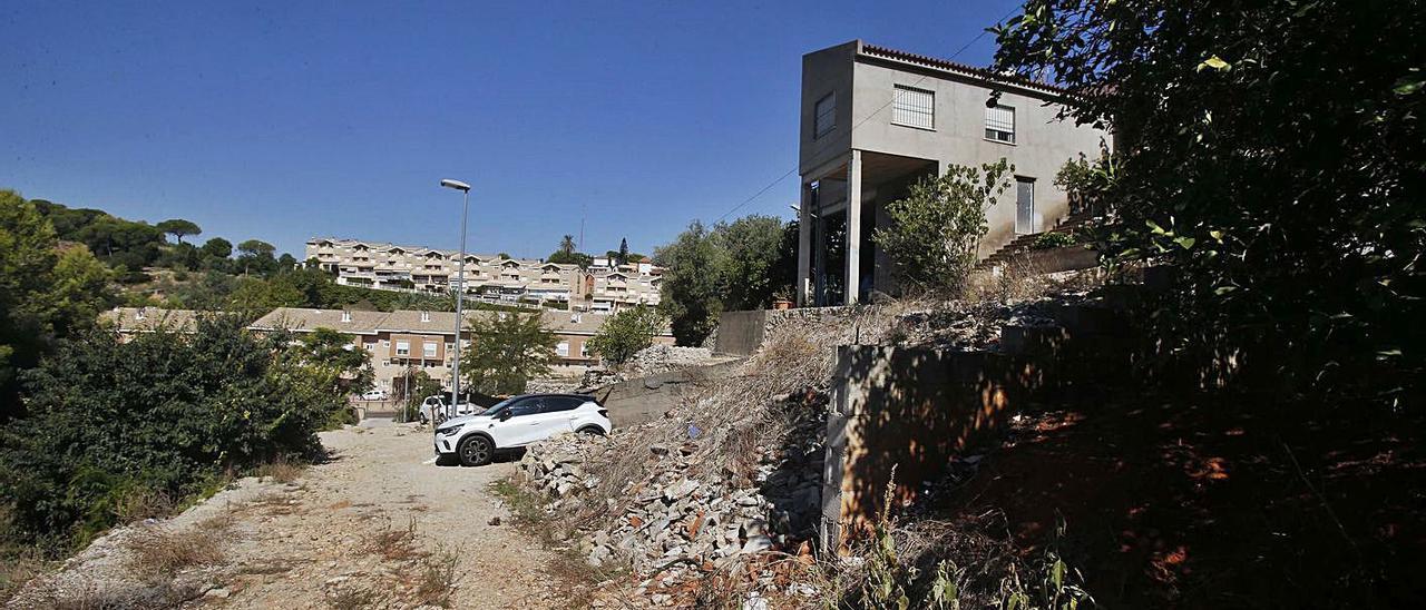 Una imagen de la calle Gesmilers de El Respirall, con farolas pero sin pavimentar. | VICENT M. PASTOR