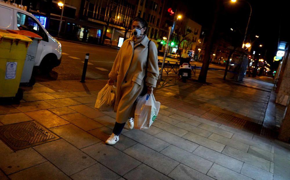MADRID. 17.03.2020. CORONAVIRUS. Una mujer realiza la compra cerca del Hospital Universitario de la Princesa. FOTO: JOSE LUIS ROCA