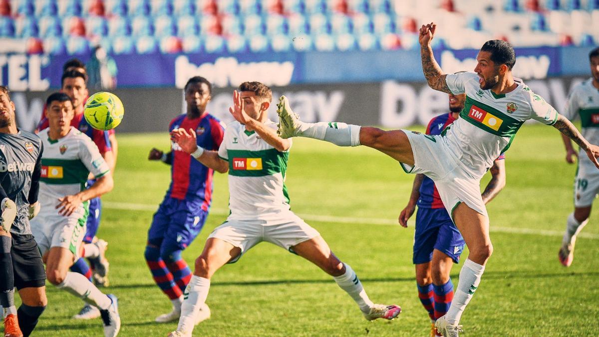 Tete Morente, en el momento del remate que significó el gol del empate contra el Levante.