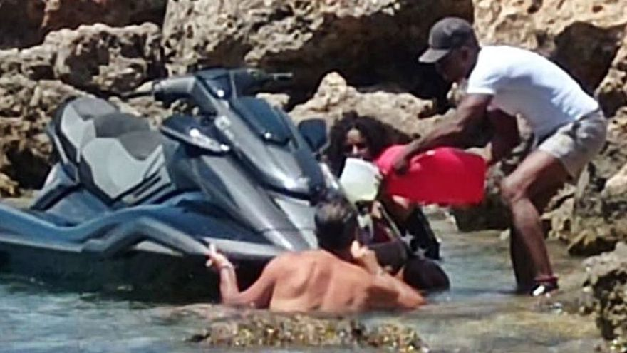 Vierten gasolina al mar al repostar con las motos de agua en Ibiza