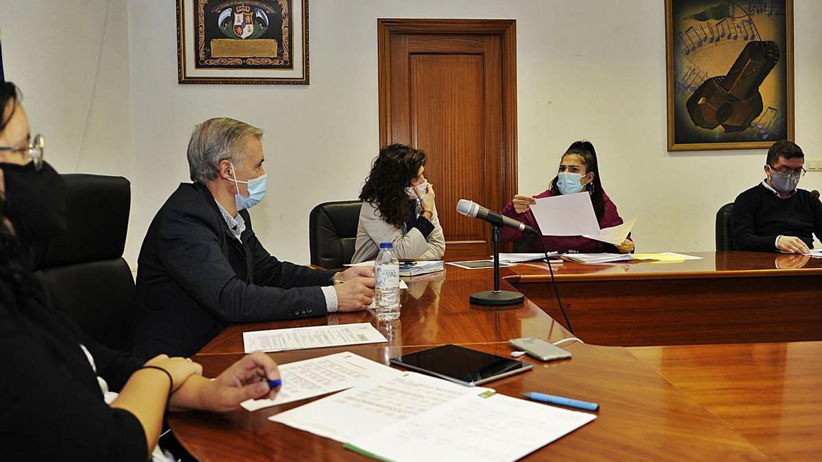 Luis Taboada, Mireya Otero y  Julio López, junto a la secretaria  y la interventora municipales en  un pleno.   | // BERNABÉ/JAVIER LALÍN