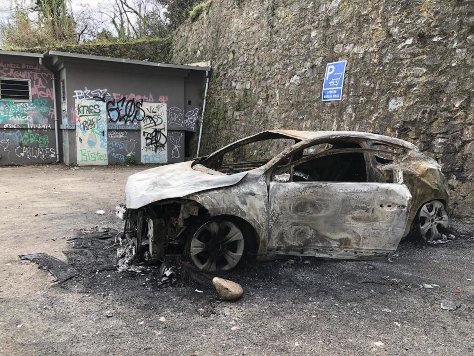 Diversos ferits i dos cotxes cremats en una festa il·legal a la Cellera