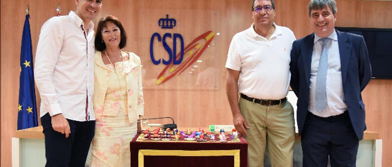 Nico García Hemme acompañado de su madre, Christine, su padre, Ibrahim, y Miguel Cardenal, secretario de Estado.