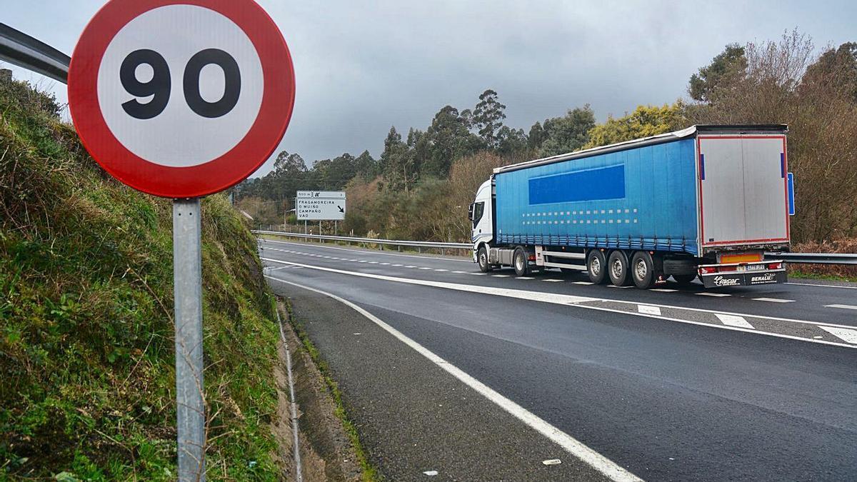 Señal de límite a 90 km/h en una carretera secundaria.     // RAFA VÁZQUEZ