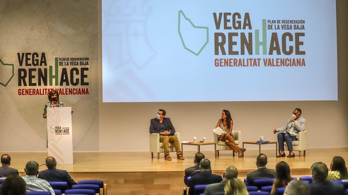 El acto del Plan Vega Renhace se celebró en el auditorio de Almoradí.