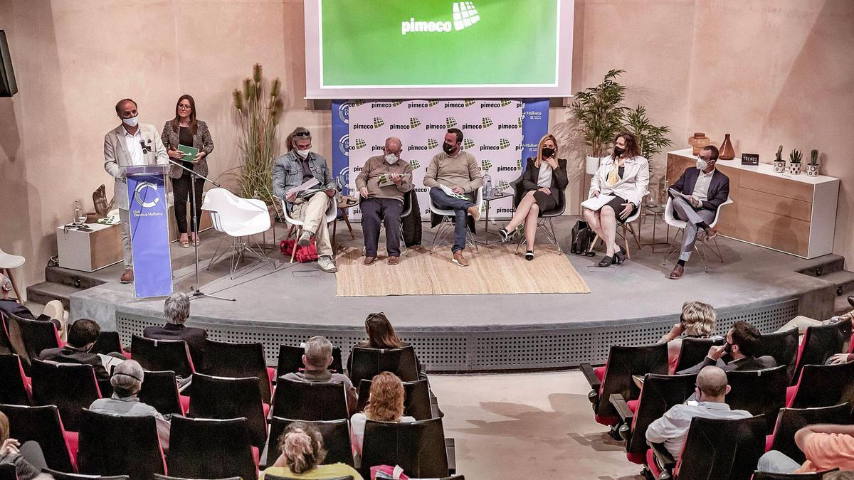 Toni Fuster, Virginia Galiano, Amedeo Espadaro, Antoni Tarabini, Xavier March, Soraya Romero, Maria Pascual y Juan Pedro Yllanes, ayer durante el debate en el Club DM.