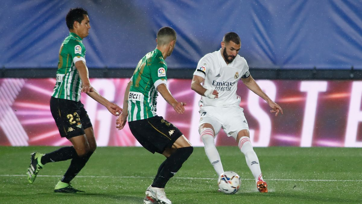 An image of Karim Benzema against Real Betis.