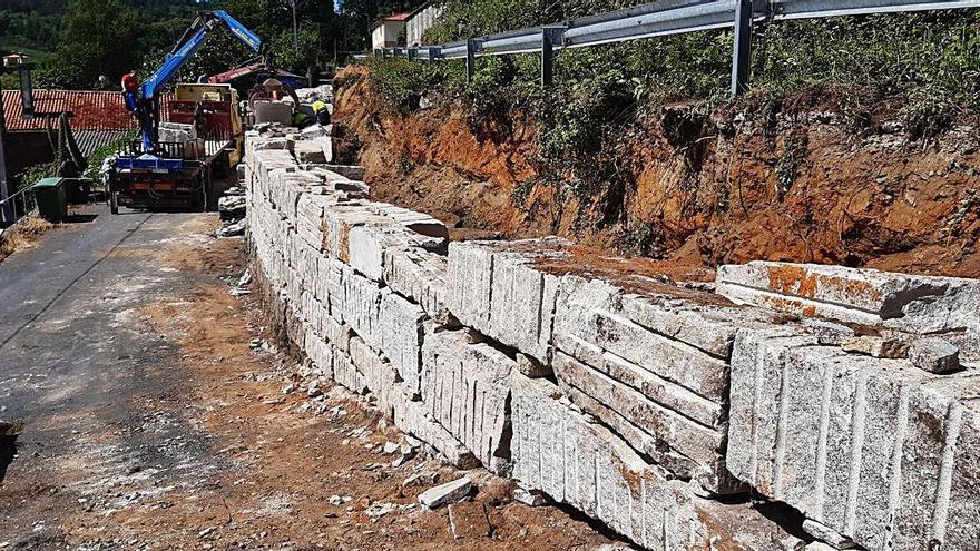 Avanza la construcción de un muro de piedra en la parroquia agoladesa de Bais