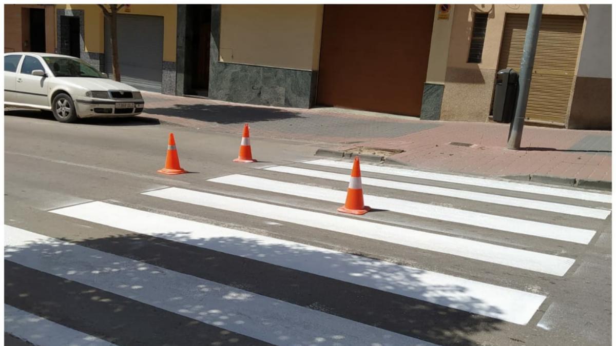 Repintan los pasos de peatones de la calle San Juan Bosco en Cieza