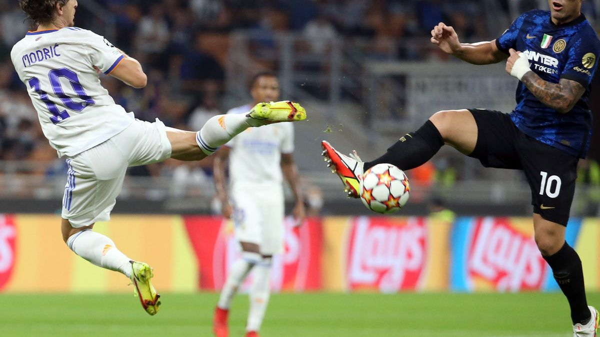 Modric fights for a ball with Interista Lautaro on the Champions League match.