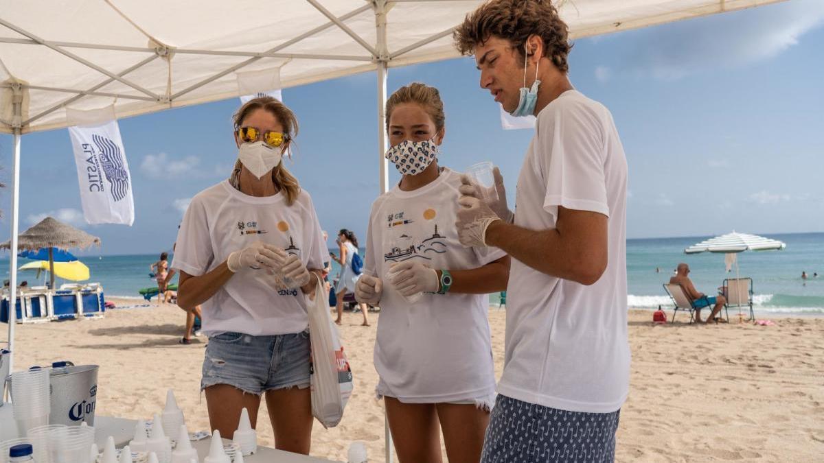 Los voluntarios recogieron ayer colillas de la arena y repartieron ceniceros portátiles a los fumadores en Cabo de Palos . l. o.