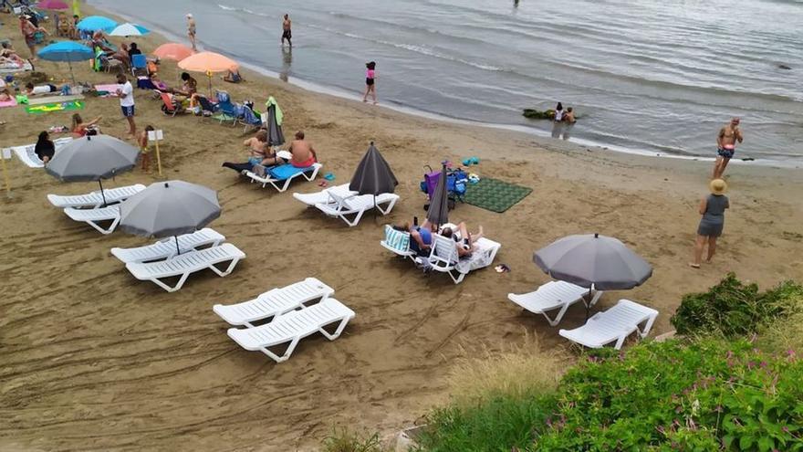 El hotel de Vinaròs matiza que las hamacas en el Clot son de un chiringuito de su grupo empresarial
