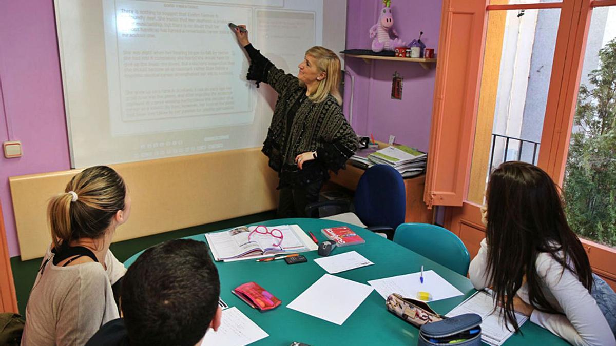 Elisa Llinares, directora de Cambridge School, en unes de les classes, mostrant els continguts del temari a la pissarra digital