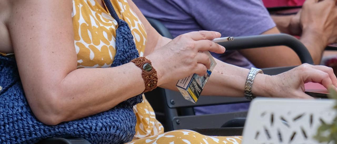 Los expertos exigen que se prohíba fumar en las terrazas de los bares y en las paradas de los autobuses