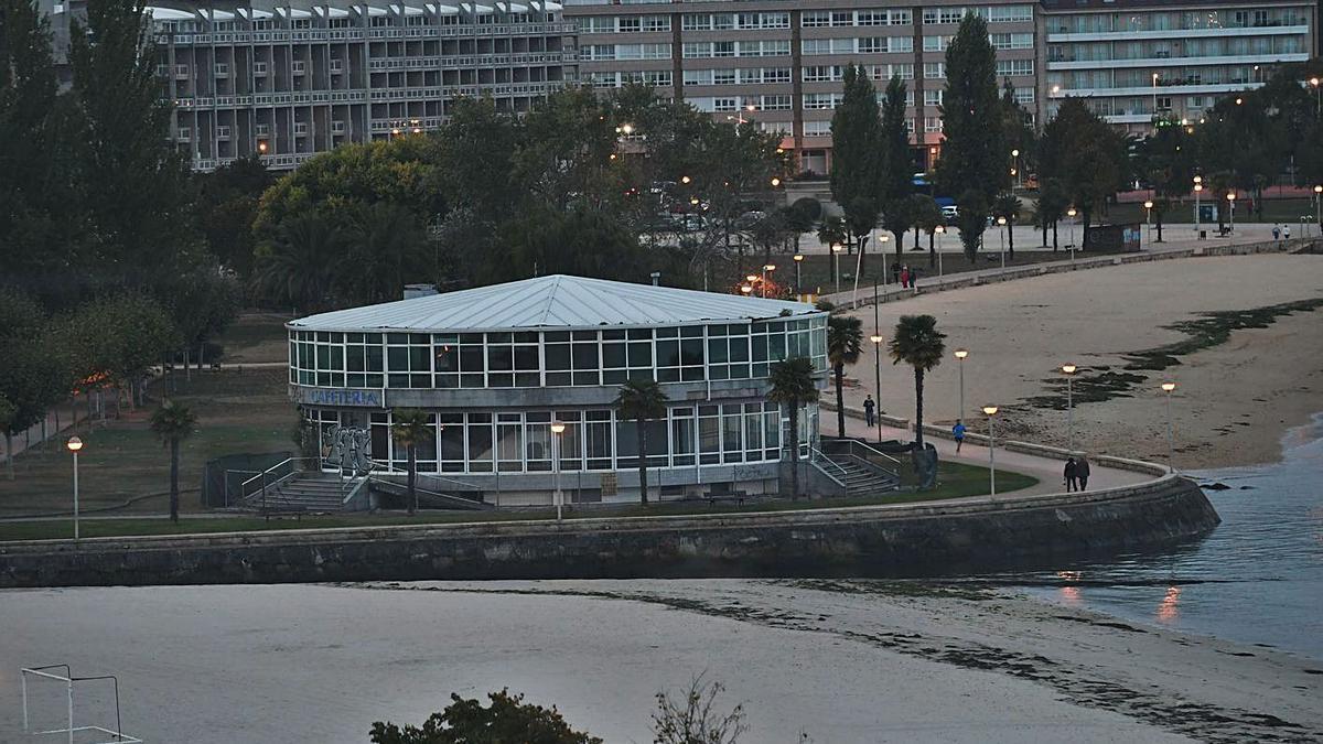 Cafetería El Náutico, en el paseo marítimo de Sada.     // CARLOS PARDELLAS