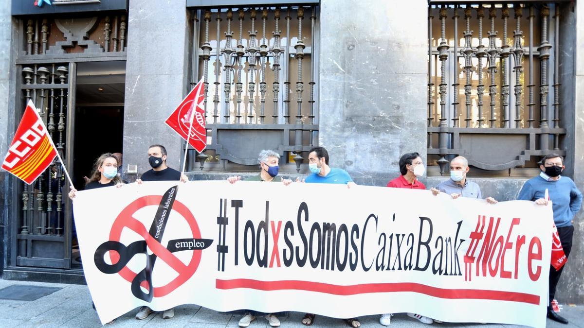 Concentración de protesta por el ere de Caiabank, este martes en Zaragoza.