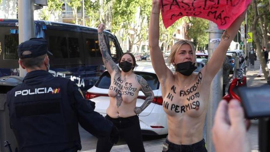 Protesta de Femen davant el col·legi on vota la candidata de Vox a les eleccions de Madrid