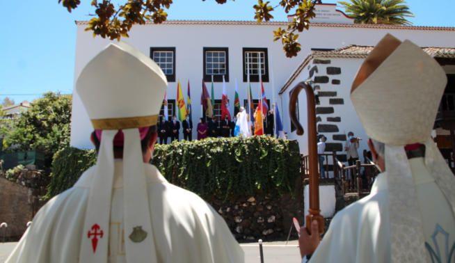 El obispo celebra misa en el Santuario.