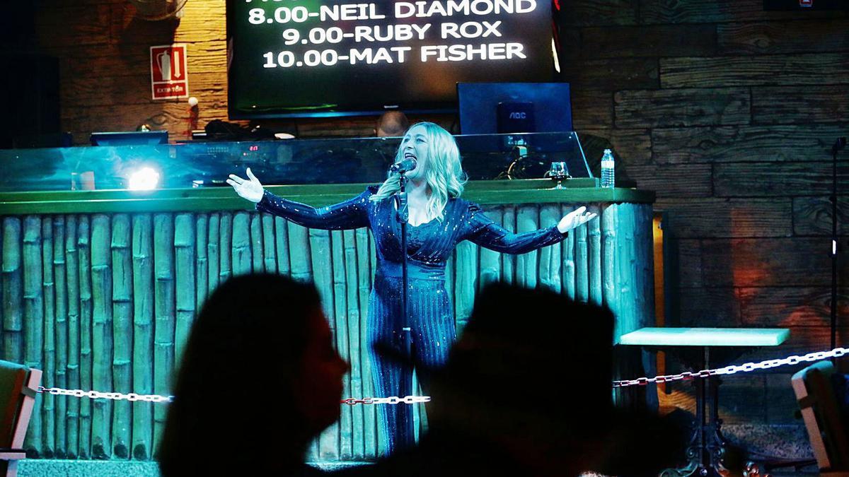 Una de las cantantes que volvió a actuar ayer en directo, con toda la programación de mañana en la pantalla.