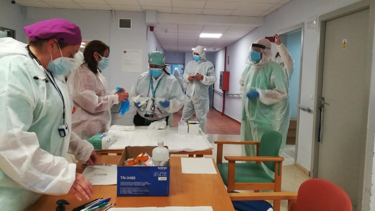 Sanitarios del hospital de Dénia se preparan para administrar las vacunas