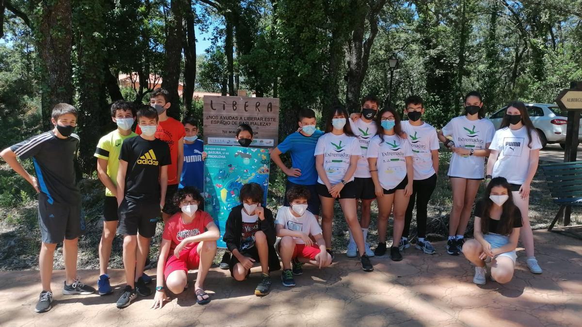 Algunos de los chicos y chicas que han participado en el campamento, recientemente, finalizado.