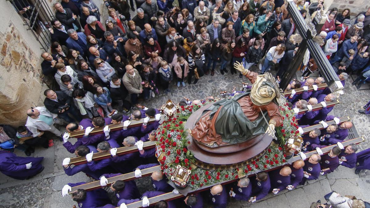La Vera Cruz en Jueves Santo, jornada en la que hacen su estación de penitencia cuatro cofradías cacereñas.
