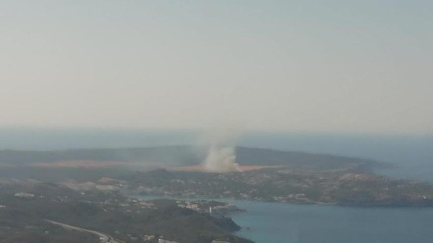 Einsatzkräfte bekämpfen kleinen Waldbrand bei El Toro auf Mallorca