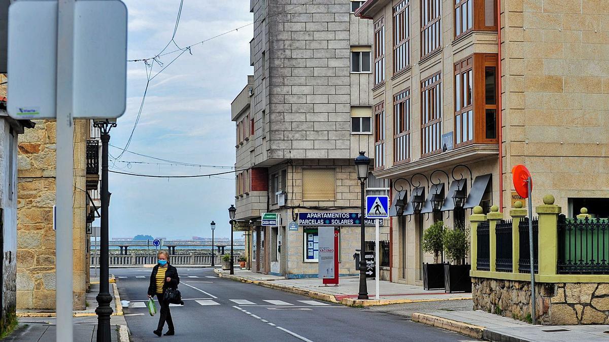 Bares cerrados y limitaciones a la movilidad regresaron ayer a Vilanova de Arousa. |   // IÑAKI ABELLA