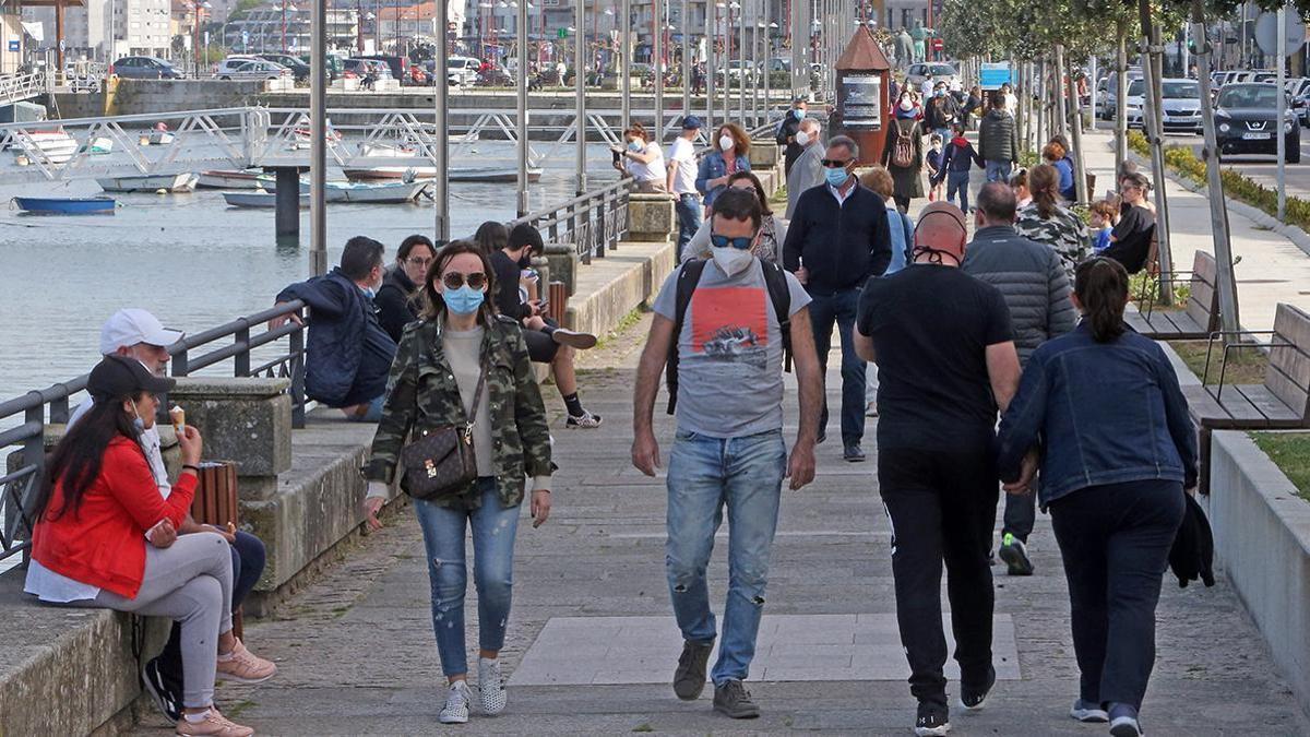 Gente paseando por Baiona, que ha salido del nivel más alto de restricciones