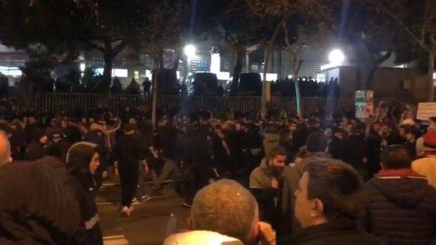 Violentos disturbios en las afueras del Camp Nou