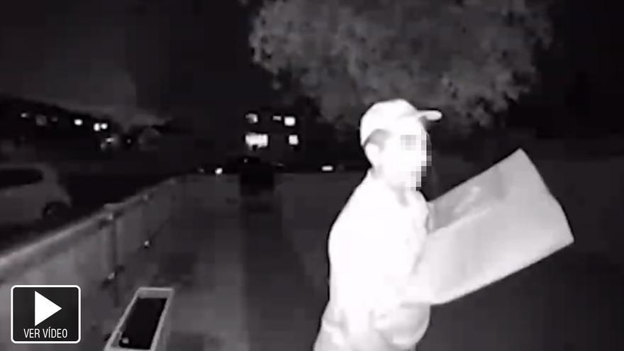 VÍDEO: Graban a un repartidor restregándose el pedido por los genitales antes de entregarlo