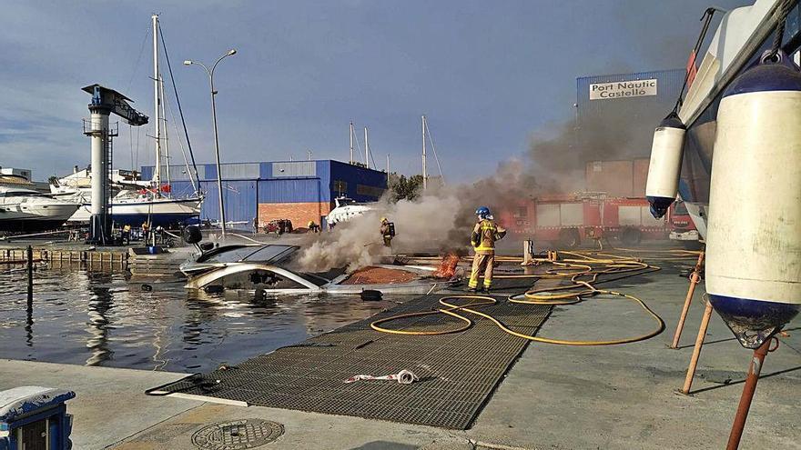 Empuriabrava Un vaixell s'incendia  i vessa combustible