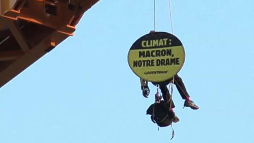 Greenpeace se sube a la grúa de Notre Dame contra la política climática de Macron