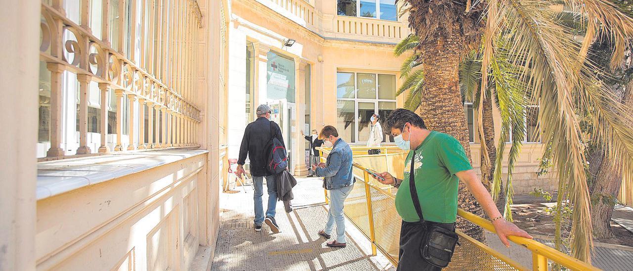 Pacientes esperan para acceder a un centro de salud en Alicante.