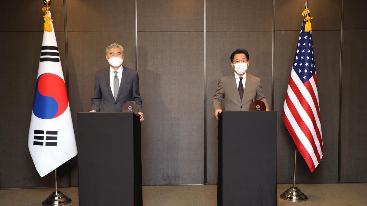 El enviado especial de EE.UU. para Corea del Norte, Sung Kim, y su homólogo surcoreano, Noh Kyu Duk.