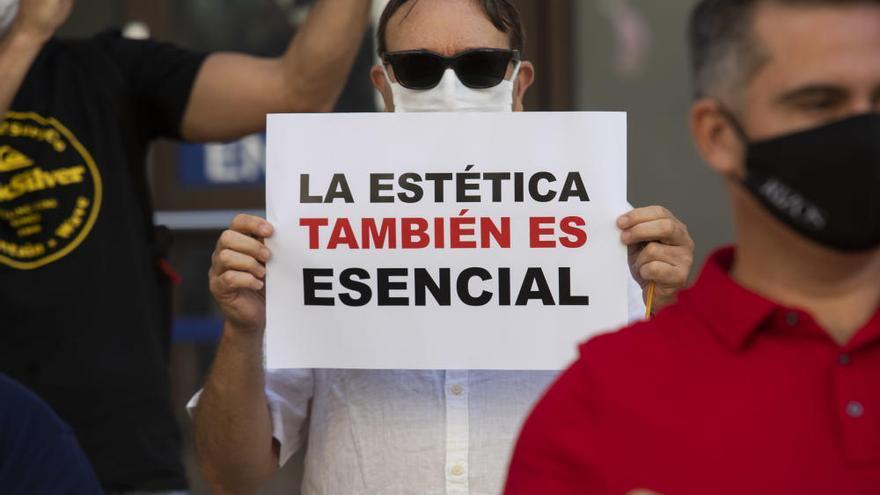 Protesta de las peluquerias en València para bajar el IVA al 10%