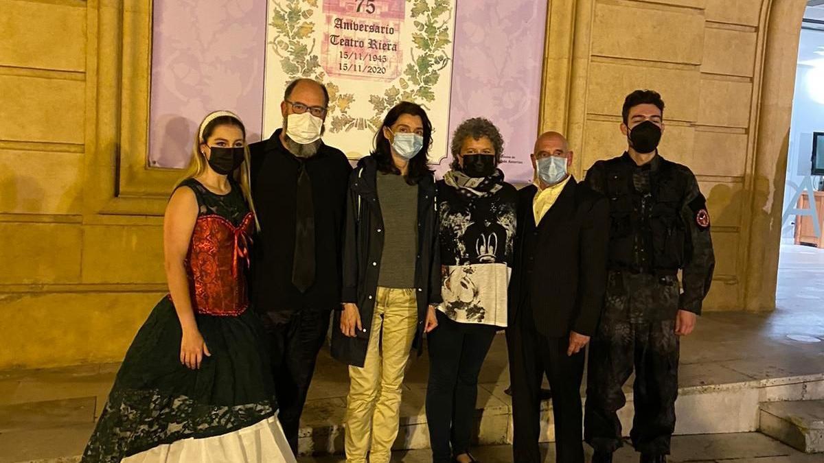 La ministra, tercera por la izquierda, anoche, a la entrada del Teatro Riera, en Villaviciosa.