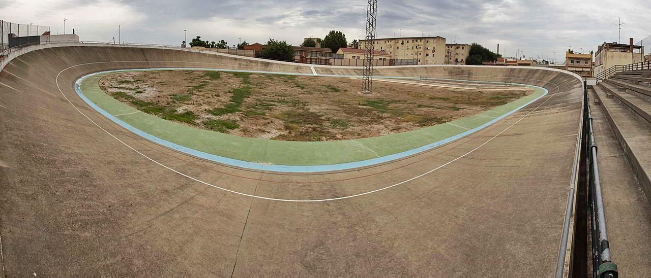 El velódromo que el ayuntamiento prevé derribar rodeado de viviendas, con el colegio Salvador Andrés al fondo. | PERALES IBORRA