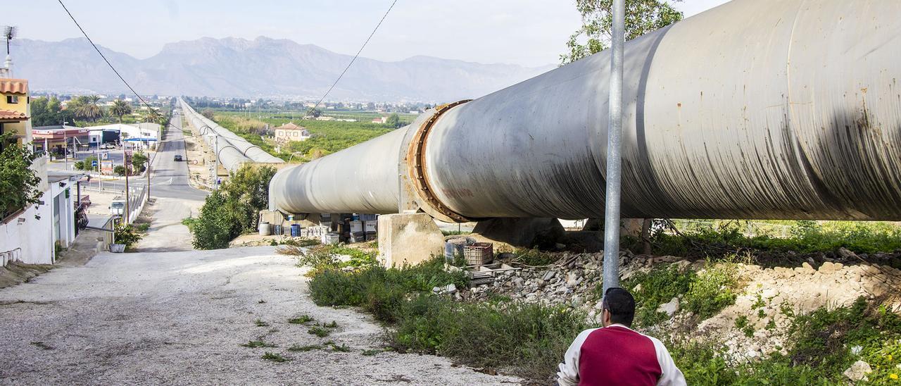 Tubos del trasvase Tajo-Segura a su paso por la Vega Baja, dentro del término municipal de Orihuela.