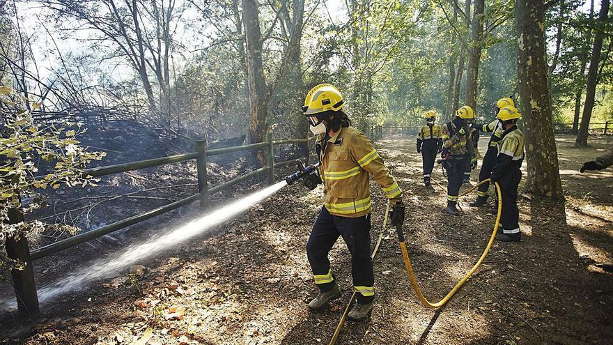 Els Bombers controlen un foc al Pla dels Socs de Salt que crema una barraca i 7.800 m2