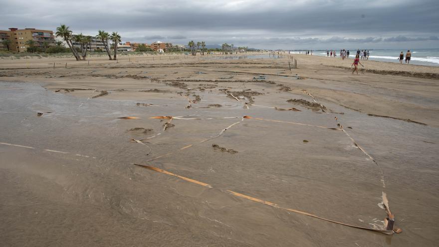 Canet reabre su playa tras la lluvia torrencial
