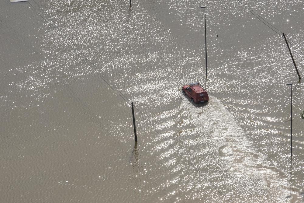 El helicóptero de la Guardia Civil sobrevuela la zona afectada por la gota fría