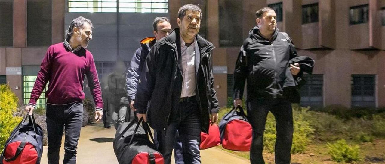 Cuixart, Rull, Sànchez y Junqueras salen de la cárcel de Lledoners