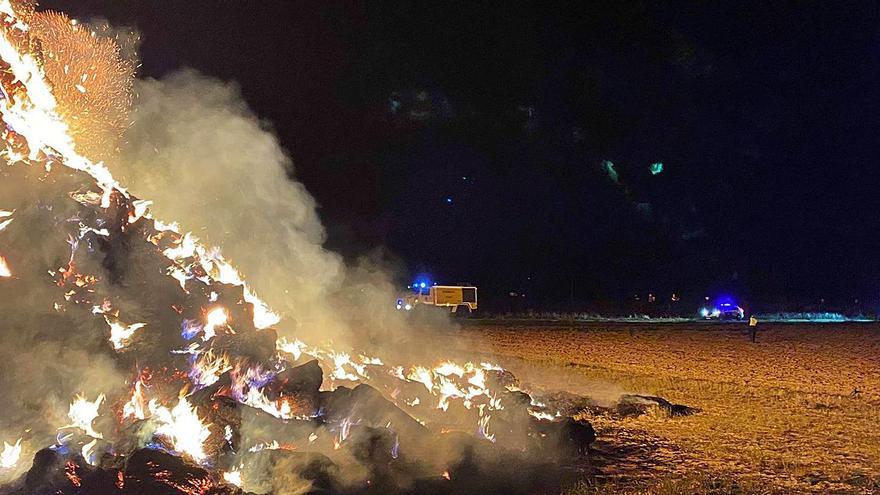 """El ganadero afectado por el incendio de pacas en Fuentesaúco: """"es una faena muy gorda"""""""