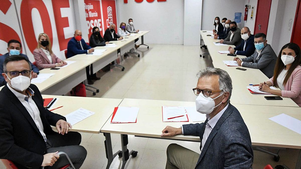 Diego Conesa y Roger Llanes presiden el encuentro de los socialistas de Murcia y Valencia.