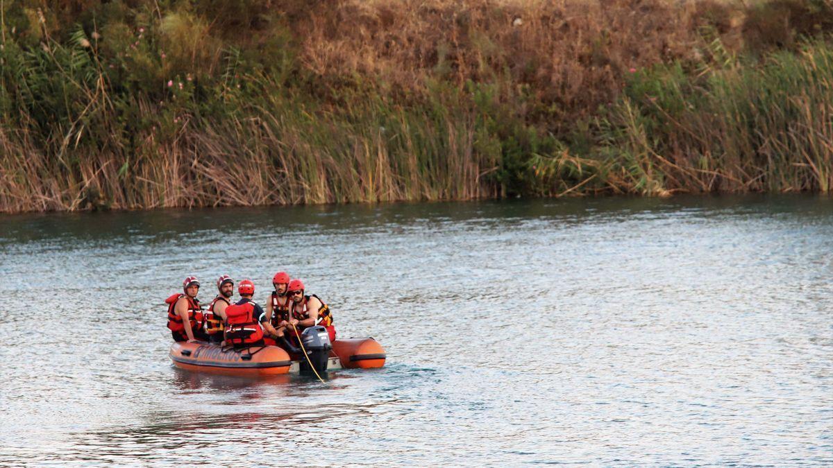 Bomberos de Córdoba rastrean el lago en busca del joven desaparecido.