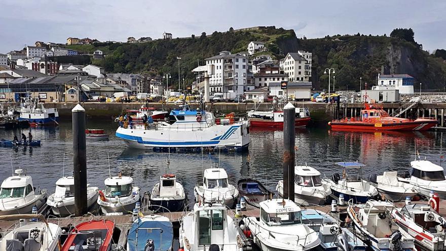 """Pescadores y gobierno local urgen un dragado """"en condiciones"""" del puerto de Luarca"""
